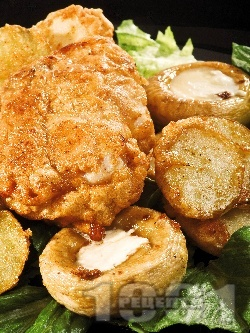 Пържено пълнено пилешко филе с плънка от пушено топено сирене, панирано с яйца, сусам, брашно, бира и галета - снимка на рецептата